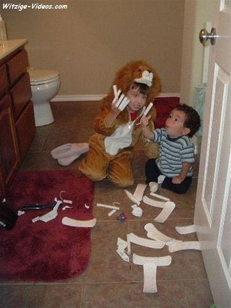 Kinder spielen mit Damen Binden