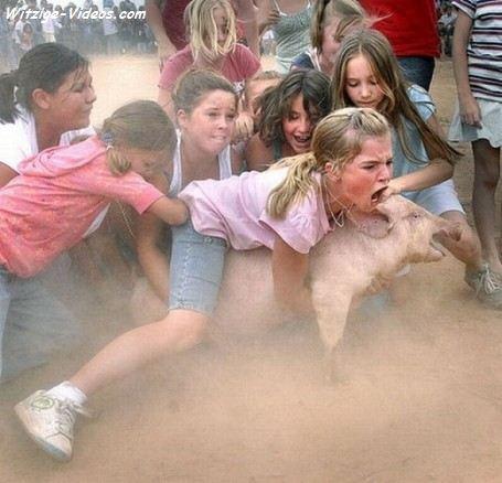 Kinder fangen ein Schwein