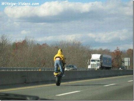 Motorrad Stunt auf der Autobahn